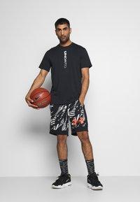 Under Armour - CURRY HEAVYWEIGHT TEE - Sports shirt - black - 1