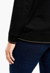 Triangle - Sweatshirt - black embossed heart - 6