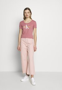 Calvin Klein Jeans - VEGETABLE DYE MONOGRAM BABY TEE - Print T-shirt - brandied apricot - 1