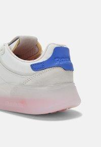 Reebok Classic - CLUB LEGACY UNISEX - Sneakers basse - true grey/dynamic red/court blue - 4