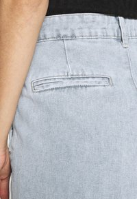Missguided - HIGHWAISTED PLEAT FRONT SLOUCH - Relaxed fit jeans - light blue - 4