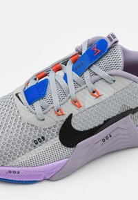 Nike Performance - METCON 7 UNISEX - Sports shoes - light smoke grey/black/violet haze/lilac/team orange/racer blue - 5