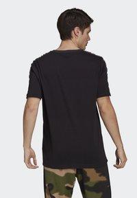 adidas Originals - STRIPE UNISEX - T-shirt med print - black/chalk white - 1