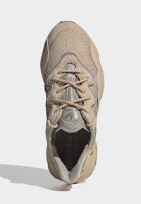 adidas Originals - OZWEEGO UNISEX - Trainers - stpanu/lbrown/solred - 2