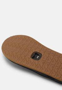 Reef - ELEMENT - Sandály s odděleným palcem - black/brown - 4