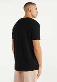 Bershka - MIT RUNDAUSSCHNITT - T-shirt basic - black - 2
