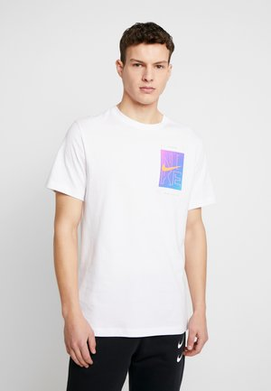 M NSW TEE SNKR CLTR 4 - Print T-shirt - white