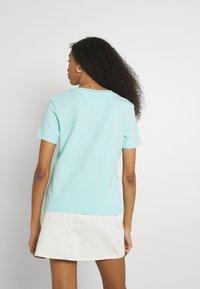 Tommy Jeans - LINEAR LOGO TEE - T-shirts med print - aqua coast - 2