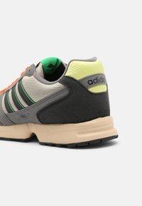 adidas Originals - ZX 1000 UNISEX - Trainers - feather grey/grey four/semi screaming green - 8