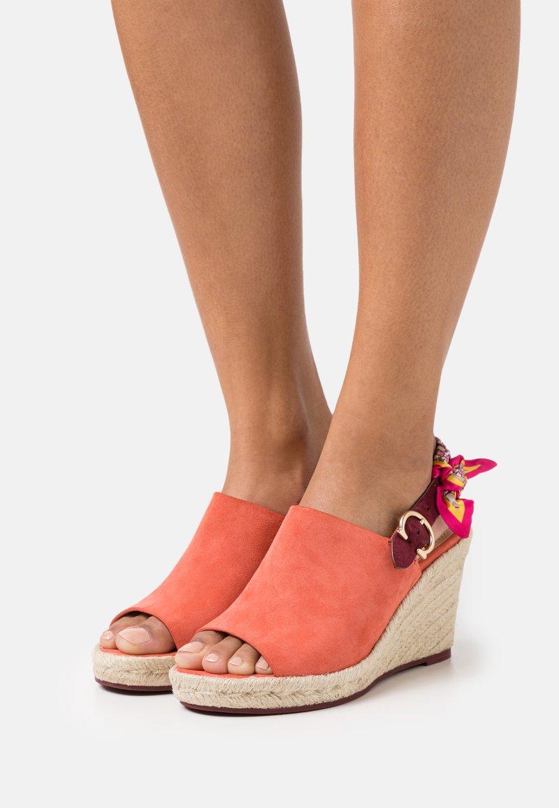 Coach - POPPY WEDGE - Sandály na vysokém podpatku - bright salmon