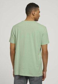 TOM TAILOR DENIM - T-shirt med print - smooth green - 2