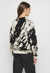 Weekday - AMAZE PRINTED - Sweatshirt - white/black - 2