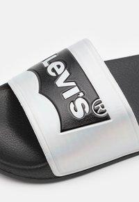 Levi's® - POOL 02 UNISEX - Muiltjes - black/metallic silver - 5