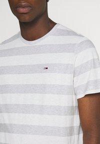 Tommy Jeans - HEATHER STRIPE TEE - T-shirt z nadrukiem - white - 4