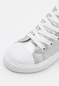 Cotton On - CLASSIC TRAINER LACE UP - High-top trainers - silver smooth - 5