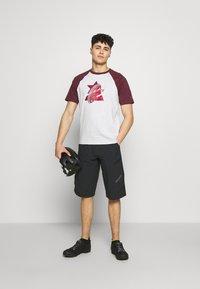Zimtstern - BOTZ TEE MEN - Print T-shirt - glacier grey/windsor wine - 1