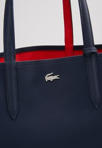 Lacoste - REVERSIBLE - Shopping bags - peacoat salsa - 9