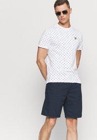 Lyle & Scott - FLAG - T-shirt med print - white - 4