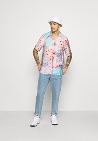 9N1M SENSE - SPECIAL PIECES  UNISEX - Camisa - blue/pink - 1