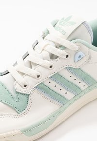 adidas Originals - RIVALRY - Sneakers laag - cloud white/offwhite/light blue - 5