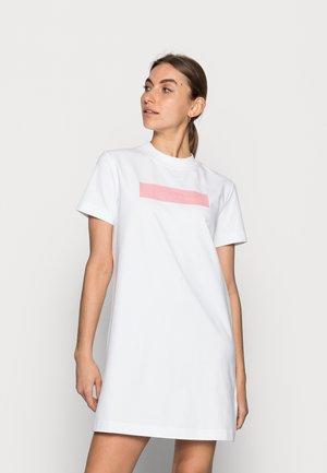 HERO LOGO DRESS - Žerzejové šaty - white