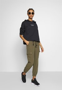 ONLY - ONLGLOWING CARGO PANTS - Pantalones cargo - kalamata - 1