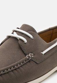 Pier One - Chaussures bateau - grey - 5