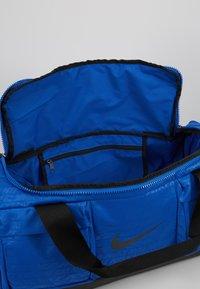 Nike Performance - VAPOR POWER S DUFF  - Sportovní taška - game royal/black - 4