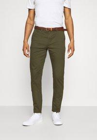 Scotch & Soda - NEW BELTED  - Chino kalhoty - military - 0