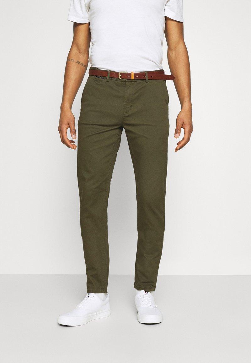 Scotch & Soda - NEW BELTED  - Chino kalhoty - military