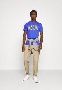 Lacoste - T-shirt imprimé - obscurite/citron - 1