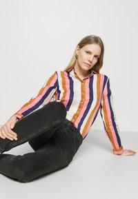 Emily van den Bergh - Button-down blouse - brown/rose/blue - 3