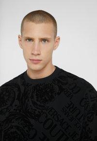 Versace Jeans Couture - BAROQUE  - T-shirt imprimé - black - 3