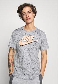 Nike Sportswear - PRINT PACK - T-shirt con stampa - grey heather - 0