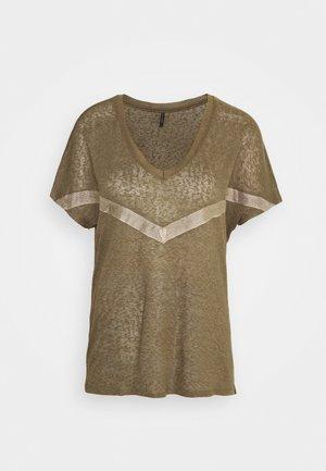 ONYRITA PREPPY - Camiseta estampada - kalamata/gold