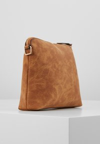 Dorothy Perkins - TAN ZIP TOP CROSS BODY - Taška s příčným popruhem - tan - 4