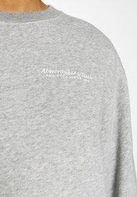 Abercrombie & Fitch - ITALICS SEAMED LOGO CREW - Sweatshirt - grey - 7