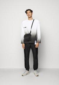 F_WD - Print T-shirt - white/black - 1