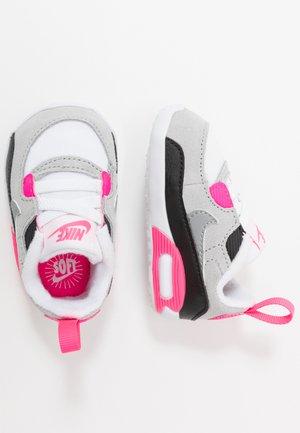 NIKE MAX 90 CRIB - Lær-at-gå-sko - white/particle grey/light smoke grey/hyper pink/black