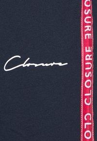 CLOSURE London - TAPED SCRIPT TEE SHORT TWINSET SET - Print T-shirt - navy - 7