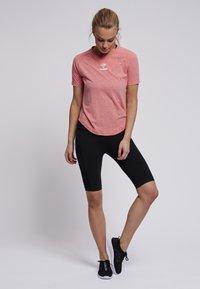 Hummel - PEYTON  - Print T-shirt - calypso coral - 1