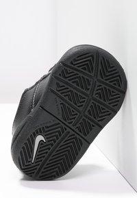 Nike Performance - PICO 4 - Sportovní boty - black/metallic silver - 4