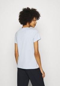 Tommy Hilfiger - CREW NECK GRAPHIC TEE - Camiseta estampada - blue - 2