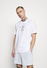 adidas Originals - T-shirt med print - white - 0