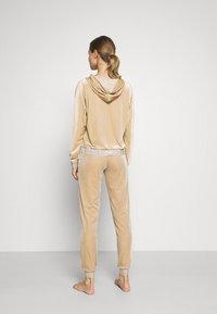 ONLY - ONLBECCA LOUNGEWEAR - Pyjama set - macadamia - 2