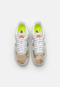 Nike Sportswear - AIR FORCE 1 '07 LX M2Z2 - Joggesko - photon dust/team orange - 5
