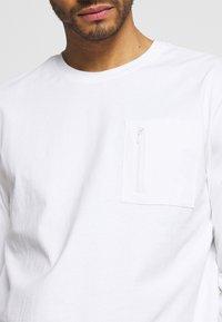 Only & Sons - ONSMAKHI LIFE POCKET TEE - Långärmad tröja - bright white - 4