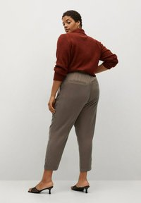 Violeta by Mango - NAIROBI - Trousers - mittelbraun - 2