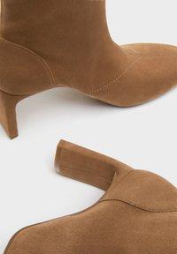 Bershka - ENG ANLIEGENDE - Boots à talons - ochre - 6