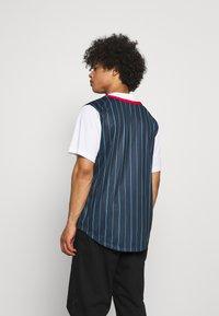 Karl Kani - VARSITY BLOCK PINSTRIPE BASEBALL SHIRT - T-shirt med print - navy - 2